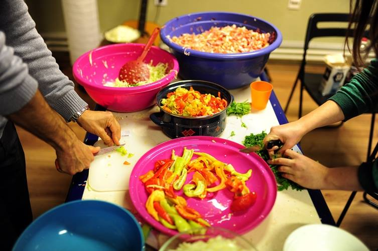 Ретвитни Оброк и Мрдни со Прст  Денеска од 17 00 часот се готви за бездомници и се слави 2 от роденден